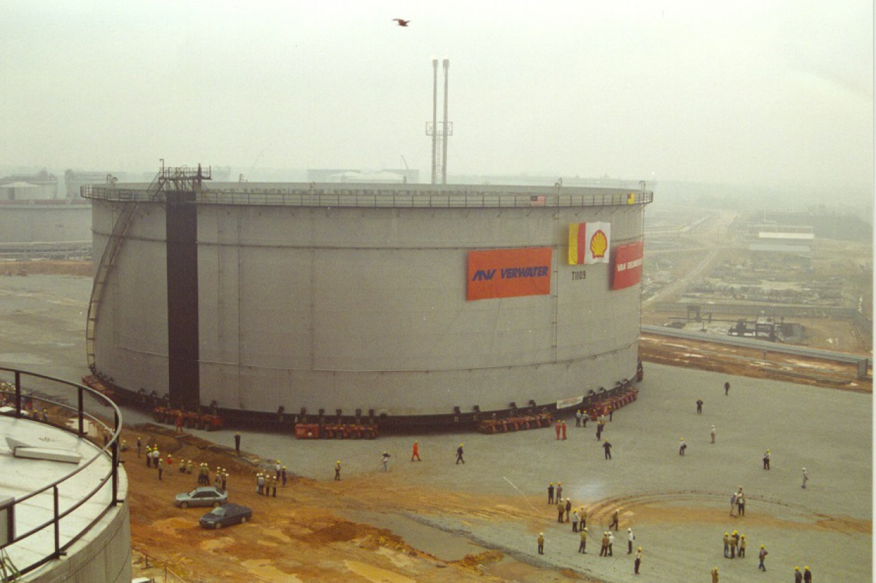 World record: relocation of largest tank in history in Malaysia